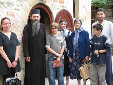 отец Симеон с верующими в монастыре Рукумия