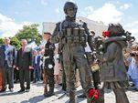 Памятник «Вежливый человек» в американских штанах